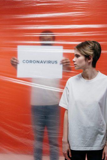 woman with a stressful look at a man holding a poster with 3952186 341x512 - Bedfordshire University : Informacje dla aplikantów na czas koronawirusa!